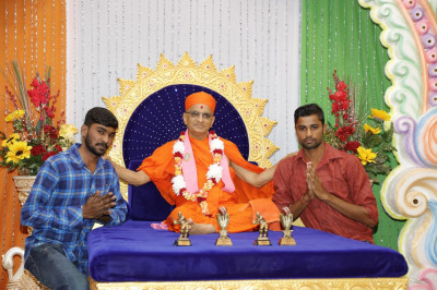 Acharya Swamishree blesses the cricketers