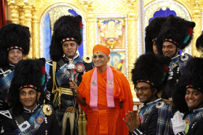 Shree Muktajeevan Swamibapa Pipeband pose for a photo alongside Acharya Swamishree