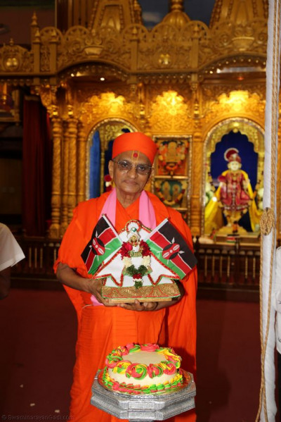 Divine darshan of Acharya Swamishree with Shree Harikrushna Maharaj