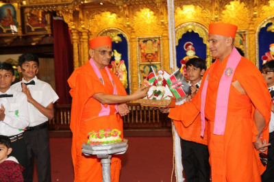 Acharya Swamishree offer cake to Shree Harikrushna Maharaj