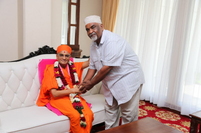 Acharya Swamishree blesses the former Mombasa Mayor Ahmed Abubakar at Moi International Airport, Mombasa