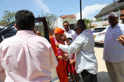 Acharya Swamishree arrives at Wasons cottage