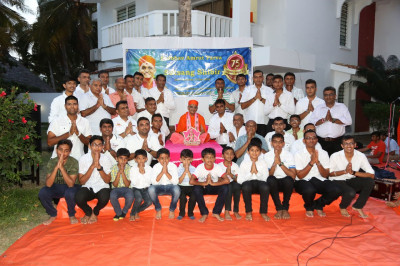 Devotees pose for a group photo with Acharya Swamishree