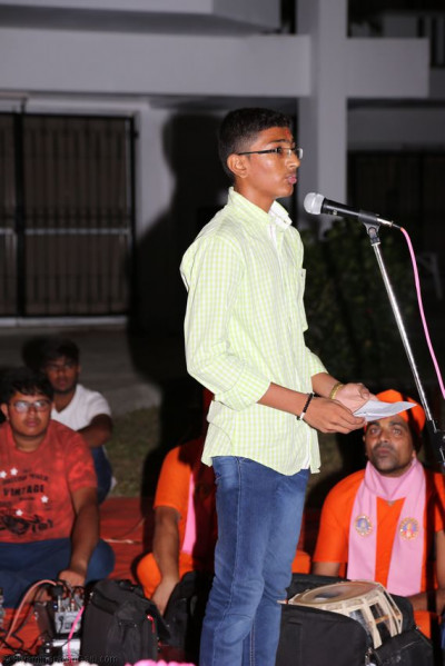 One of the young devotee recites a story of Acharya Swamishree<br>