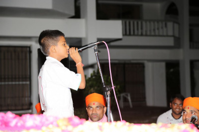 One of the young devotee recites a story of Acharya Swamishree