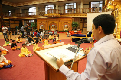 A young devotee reads katha