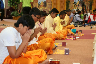 Devotees pray to Lord Shree Swaminarayanbapa Swamibapa