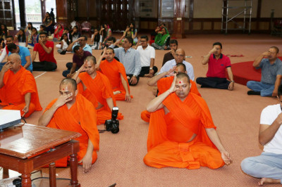 Sant mandal and devotees present for the yoga session