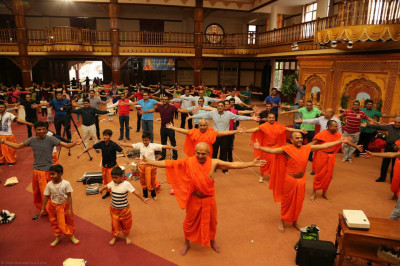 Sant mandal and devotees during the yoga session