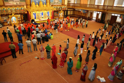 Sant mandal and devotees present for the Shangar Aarti
