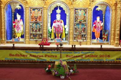 Shangar darshan of Lord Shree Swaminarayan, Jeevanpran AbjiBapashree and Shree Muktajeevan Swamibapa