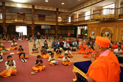 Acharya Swamishree blesses the devotees