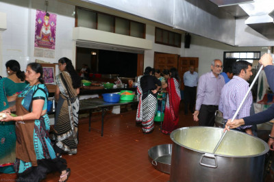 Devotees assist in the kitchen