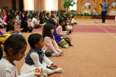 Young devotees perform 'Raajbhog ni Mansi pooja'