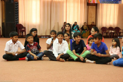One of the teams sing during antakshari