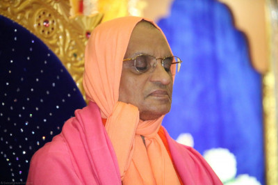 Divine darshan of Acharya Swamishree during Saayansandhya ni mansi pooja