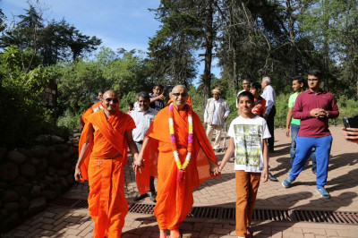 Sant and devotees escort Acharya Swamishree to the car
