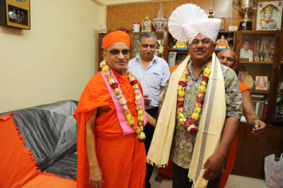Acharaya Swamishree blesses a guest