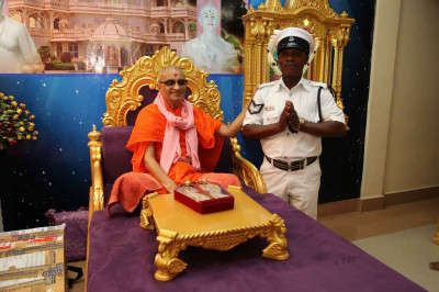 Acharya Swamishree blesses a police officer