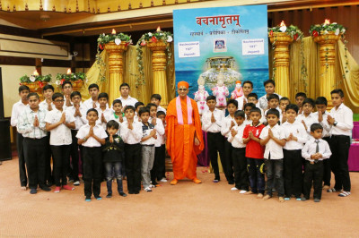 Acharya Swamishree blesses the SEC students