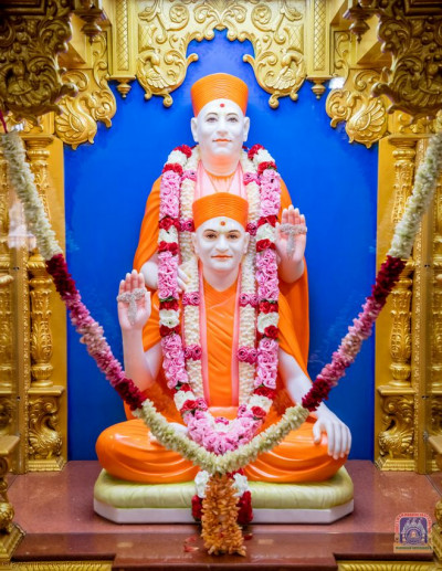 Divine darshan of Jeevanpran Shree Muktajeevan Swamibapa and H.D.H Acharya Swamishree