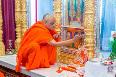 H.D.H Acharya Swamishree performs poojan