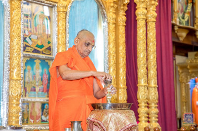 H.D.H Acharya Swamishree performs panchamrut snan on Shree Harikrushna Maharaj