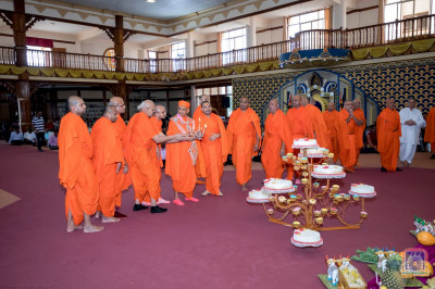 H.D.H Acharya Swamishree and Sant Mandal perform annakut aarti