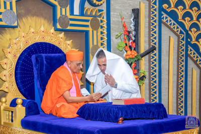 The Maharaj of Shree Swaminarayan Temple Nairobi is honoured and blessed by His Divine Holiness Acharya Swamishree for his tireless dedication and for his unique devotion to Sants and disciples to please Lord Swaminarayanbapa Swamibapa