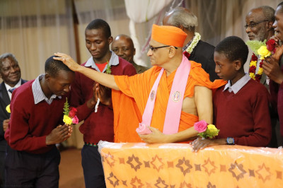 Acharya Swamishree blesses one of the students