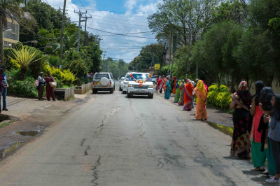 Devotees do darshan as His Divine Holiness Acharya Swamishree is driven towards Swamibapa Road