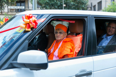 His Divine Holiness Acharya Swamishree arrives on Swamibapa Road
