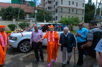 Devotees warmly welcome His Divine Holiness  Acharya Swamishree