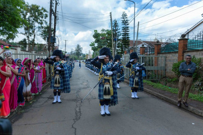 Shree Muktajeevan Swamibapa Pipe Band Nairobi lead the procession towards the Mandir