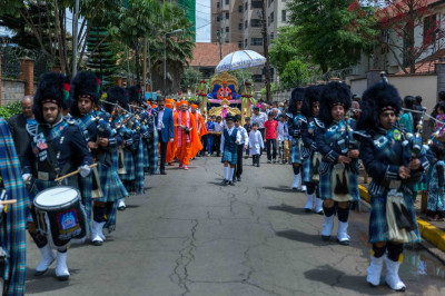Shree Muktajeevan Swamibapa Pipe Band Nairobi lead the procession