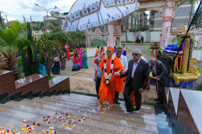 His Divine Holiness Acharya Swamishree arrives at the Mandir