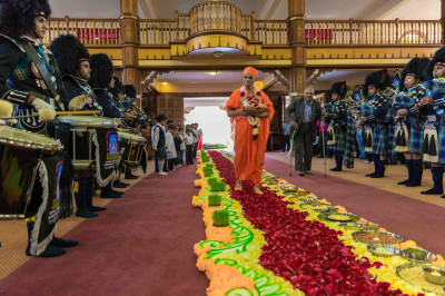 Shree Muktajeevan Swamibapa Pipe Band Nairobi welcome His Divine Holiness Acharya Swamishree in the Mandir