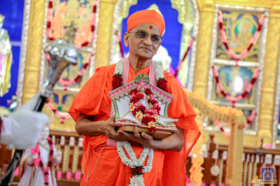 Divine darshan of His Divine Holiness Acharya Swamishree and Shree Harikrushna Maharaj