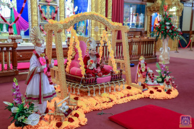 Divine darshan of Jeevanpran Shree Abji Bapashree in a decorated cradle