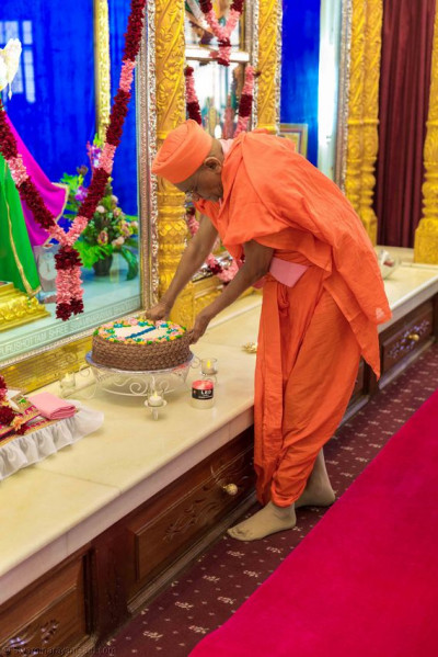 Acharya Swamishree cuts the welcome cake