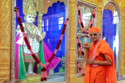 Divine darshan of Lord Shree Swaminaryan and His Divine Holiness Acharya Swamishree