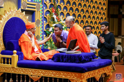 His Divine Holiness Acharya Swamishree blesses the Sant and devotees who assisted in the new version of the website