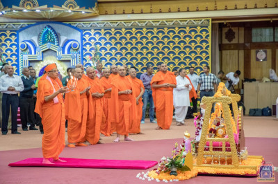 His Divine Holiness Acharya Swamishree performs Sandhya aarti niyams