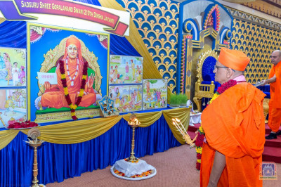 Acharya Swamishree performs aarti to Sadguru Shree Gopalanand Swami