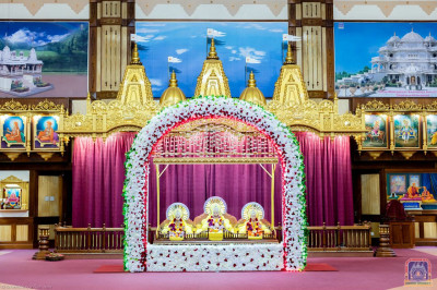 Divine darshan of Lord Shree Swaminarayanbapa Swamibapa on an artificial flower arch hindolo