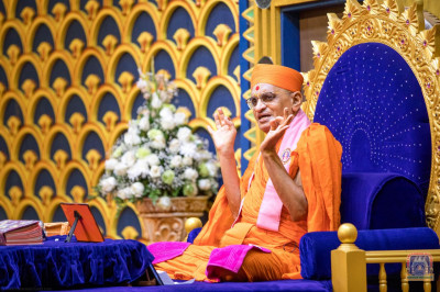 His Divine Holiness Acharya Swamishree showers His Divine blessings