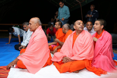 Sant Mandal and devotees at the evening sabha
