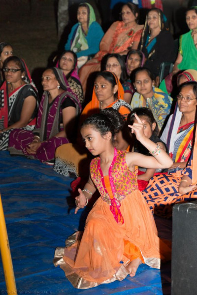A young devotees performs to please Acharya Swamishree