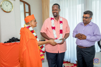 H.D.H Acharya Swamishree blesses the Governor of Mandera county Hon.Ali Ibrahim Roba