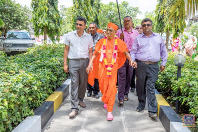 H.D.H Acharya Swamishree arrives at Wason Holiday Resort